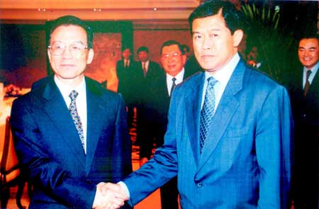 Premier Wen Jiabao(left)met with Mr. Korn Dabbaransi