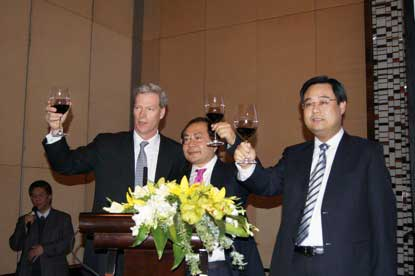 Co-Chairman of APECF Mr.Rockefeller (L), Executive Vice Chairman Xiao Wunan (M), and Vice Chairman & Deputy Secretary-General Mr. Gao Qing (R) proposing a toast to the guests